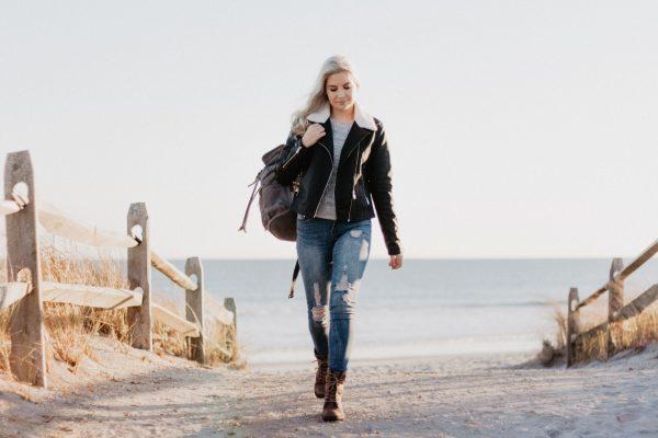 יצירת סרטונים - בחורה בחוף